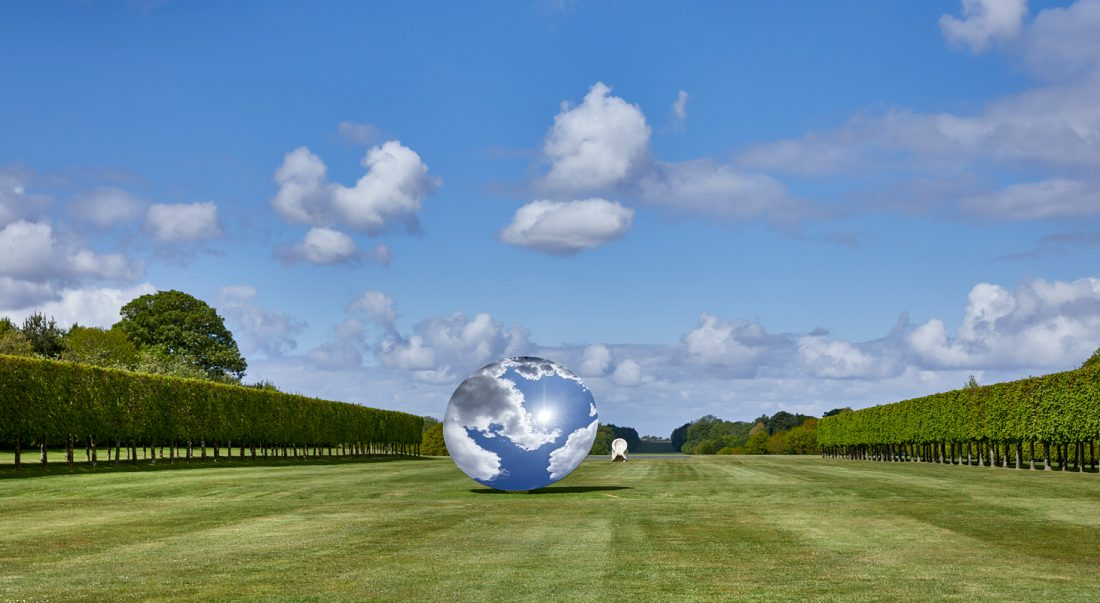 Sky Mirror, 2018, stainless steel. Eight Eight, 2004, onyx, Courtesy the artist and Lisson Gallery. © Anish Kapoor. All rights reserved DACS, 2020, Foto: Pete Huggins