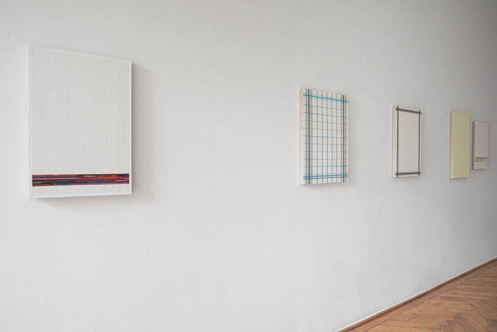 Gregor Hildebrandt, Installationsansicht, Kassettenband, Leinwand