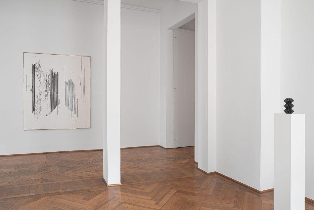 Gregor Hildebrandt, Installationsansicht, Gemälde, VHS, Video